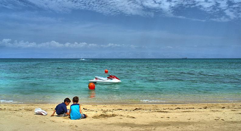 سواحل کیش یکی از جاهای تفریحی کیش برای کودکان
