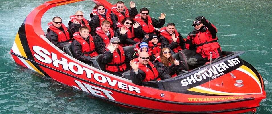 لذت تفریح با قایق دیوانه تندرو در کیش